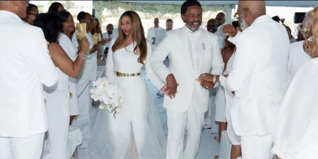 http://static.idolator.com/uploads/2015/04/24120147/beyonce-tina-knowles-wedding-2015-10-640x320.png