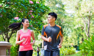 couple-running-in-the-park